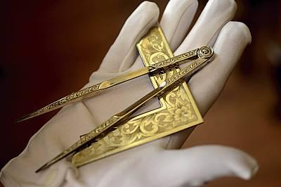 От оперативните зидари масоните заимстват редица инструменти, на които придават символично значение. Пергелът е свързан със сътворението на света и с...