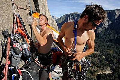 Палещото слънце принуждава Томи Колдуел (вляво) и Кевин Йоргесон да направят почивка насред опита си да изкатерят свободно нов маршрут по Ел Капитан.
