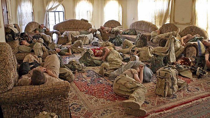 Американски войници спят по време на кампанията в Ирак.  Снимка: БГНЕС
