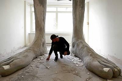 В една от стаите има огромен чифт крака, сякаш гигант току-що е влязъл през покрива.