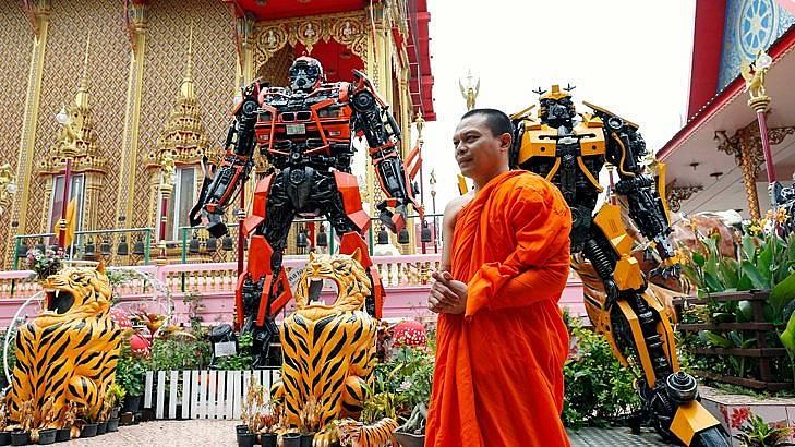 Вместо традиционните статуи на спокойния Буда и митични зверове, които украсяват повечето манастири в страната, блестящият храм Ват Та Киен извън Банк...