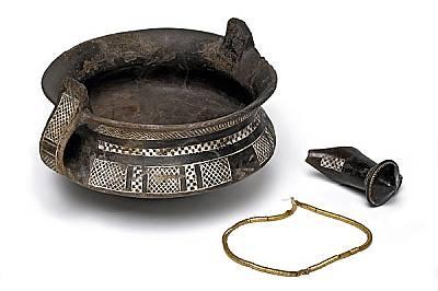Богато украсени глинени съдове съпътстват златните накити, жертвани като оброчни дарове край Дъбене.