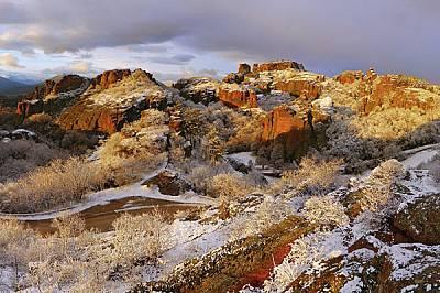 """Централната група от скалите: горе вляво се виждат """"Ученичката"""" и """"Овчарчето"""", вдясно """"Първ..."""