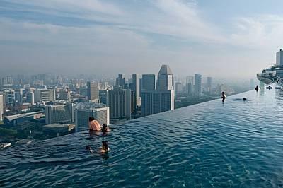 """Главозамайващият """"безкраен басейн"""" в курорта Марина Бей Сандс предлага панорамна гледка към Сингапур - страна, постигнал..."""