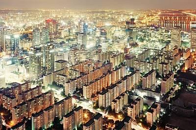 Богат град Сеул, Южна КореяНаелектризиращият растеж на Сеул - от бедна и съсипана от войната столица през 50-те години до могъщ стопански це...