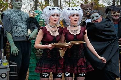 Дори когато не играят във филми като Creeporia - комичен филм на ужасите, Камил Кит (вляво) и сестра й Кенърли предпочитат да се обличат ед...