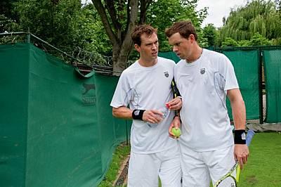 """Номер едно в света шест поредни години, двойката тенисисти Майк (вляво) и Боб Брайън са спечелили 73 шампионата, включително """"Уимб..."""