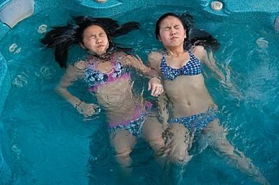 Родените в Китай Джилиън Шоу (вляво) и Лили Маклауд били осиновени като бебета от две канадски семейства - един от редките случаи на близна...