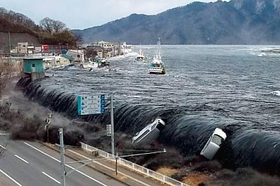 Япония  Почерняла от вдигнатата от пристанището тиня, първата вълна цунами прелива през дигата в Мияко, понесла кораби и автомобили. Японски...