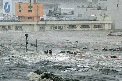 Япония Докато вълните връхлитат Центъра за готовност при бедствия в Минамисанрику, десет души - включително кметът Джин Сато - оцеляват, зал...