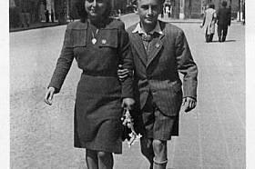 Ивет и Хаим Калеви на улица в Пловдив през 1943 г. Понеже са от еврейски произход, сестрата и братът са задължени да носят жълти шестолъчни...