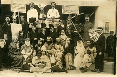 Честване на Пурим в еврейската общност в Пловдив през февруари 1931 г. Участниците в този празник се маскират като митологични образи или други герои....