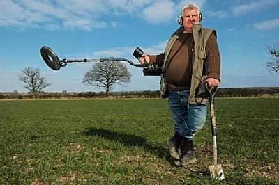 """В една ферма близо до дома му Тери Хърбърт показва металотърсача, който го отвел до златото. """"Предметите просто извираха от земят..."""