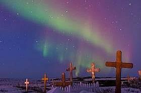 Северното сияние обагря небето над гробище в Коцебу, Аляска