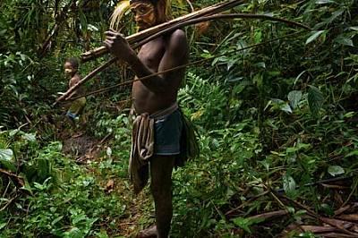 Мъж от племето меакамбут държи ръчно изработени копия и стрели, предназначени специално за птици и диви свине.