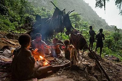 Меакамбут пекат на огън питки от сагово брашно, добито от цикасова палма - една от основните им хранителни суровини. Тя дава подобен на ниш...