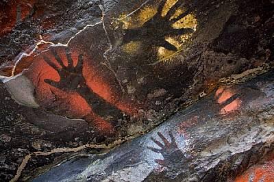 Поколения наред хората в областта оставяли по стените на пещерите отпечатъци от дланите си. Тези са направени с боя на глинена основа, но в...