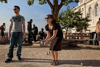Играта петанк е основно забавление. Тук младите играчи пушат, пият пастис, бъбрят и се опитват да хвърлят кухите метални топки колкото се м...