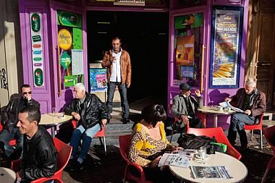 Човешкият кошер на Марсилия се събира в кафенетата. Градът отдавна привлича разказвачи, например Александър Дюма, които заедно с паниците р...