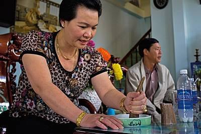 В кафене във Виетнам жена стърже рог от носорог. Добавяйки малко вода и триейки рога в подобното на шкурка дъно, тя прави разтвор, за който...