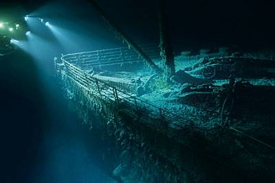 """На около 4 км дълбочина призрачният нос на """"Титаник"""" изплува от мрака при едно спускане с подводница на изследователя и р..."""