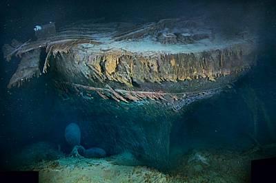 """Със заорал в пясъка рул и две от лопатите на винта, надничащи от мрака, осакатената кърма на """"Титаник"""" лежи на дъното на..."""