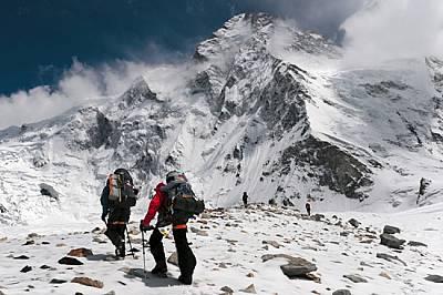 Рядък поглед към епичния ръб от китайската страна на К2 - толкова далечен и труден, че повечето алпинисти подхождат към върха в масива Кара...