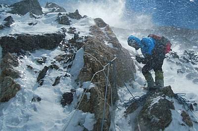 Брулена от жилещите снежни вихрушки, Калтенбрунер проверява въжетата, които екипът седмици наред беше опъвал по целия маршрут - общо около...