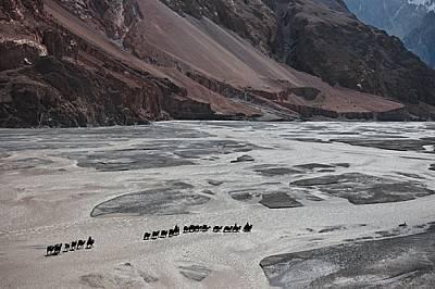 Нужни бяха десетки камили и осем киргизки водачи, които да прекарат 2,2 т екипировка през р. Шаксгам към китайския базов лагер. Цената: 17...