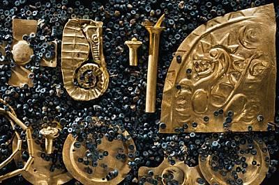 Личното съкровище на един от вождовете включва медальон с форма на морско конче, украшения за ушите, част от нагръдник, огърлица и други пл...