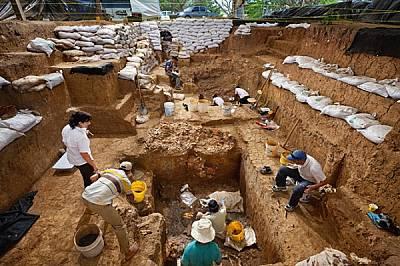 Под ръководството на археоложката Хулия Майо (най-вляво), екипът от Ел Каньо откри. златни украшения в гроб на вожд на дълбочина 4,8 м. На...