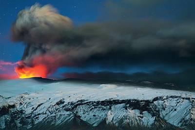 Исландският вулкан Еяфятлайокутл, малко преди изгрев на 23 април 2010 г. Най-лошото вече е минало. Лавата тече свободно. По-рано, докато си...