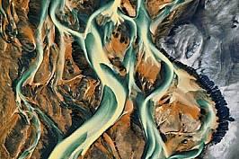 Криволичещ поток отлага блатно желязо върху вулканичните пясъци край Хауфур на южното крайбрежие.