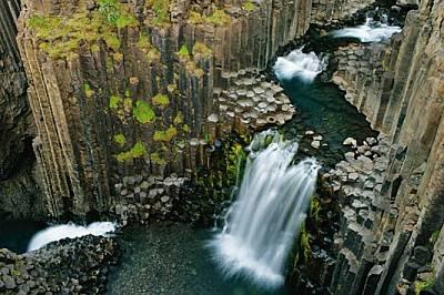 При Литланесфос водопадът разсича древен поток от лава, който застинал във формата на колони.