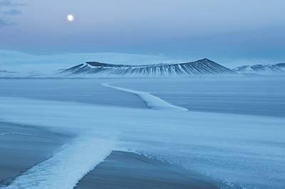 Никой не видял Хверфятл, когато изригнал преди 2500 години - в Исландия нямало хора. Една мартенска вечер фотографката Орсоля Харберг наблю...