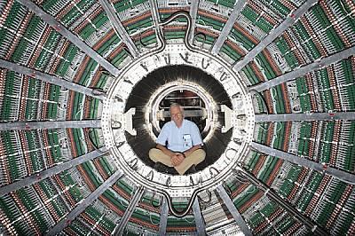 Заплетено кълбо от кабели обгражда Петер Глесел, техническия координатор на TPC (Time Projection Chamber). Множеството пластове от детектори на частиц...
