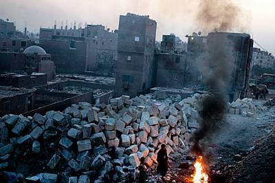 Понякога в гъсто населените градове и села на Египет е трудно да различиш новия строеж от рушащата се сграда. Тези големи блокове са били и...
