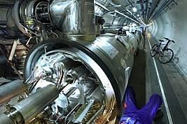 Инженер работи по един от над хилядата магнити, които ще насочват частиците към сблъсък.Вътрешностите на ускорителя включват тръби за потоци...