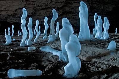 """През зимата приказната красота на пещерата се допълва от стотици ледени """"сталагмити"""" в разнообразни причудливи форми. &a..."""