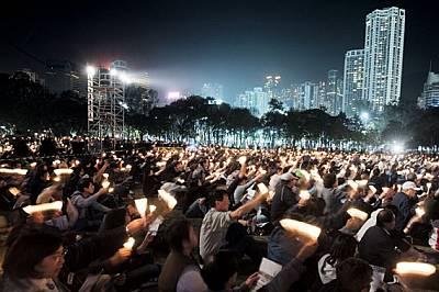 """Безстрашно множество провежда бдение със свещи в парка """"Виктория"""" в памет на активиста за демокрация Съто Хуа, който почи..."""