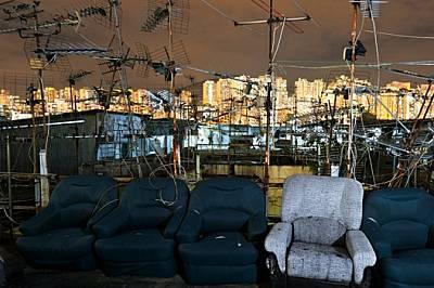 """Вехти кресла очакват обитателите на """"бидонвил"""", построен на покрива на многофункционална сграда. Тъй като в един от най-..."""