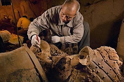 Нови открития Приклекнал край куп нови находки, Ян Дзингуей чисти последната пръст преди началото на реставрацията. Разкопките се приближава...