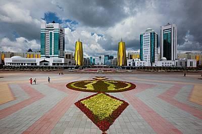 """Цветни композиции украсяват булевард """"Нурзол"""" или """"Сияйният път"""".http://www.gerdludwig.com/"""