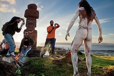 Древните статуи моаи са ежедневна гледка на Великденския остров (или Рапа Нуи) - със сигурност по-честа от местните танцьори с боядисани те...