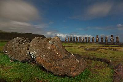 С гръб към Тихия океан 15 възстановени моаи стоят на стража на Аху Тонгарики - най-голямата церемониална каменна платформа на Великденския...