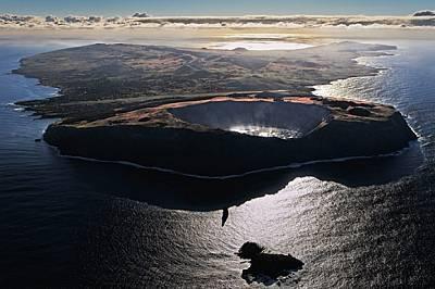Три понастоящем угаснали вулкана образували Великденския остров преди половин милион години. Той разполага с три кратерни езера, но няма по...
