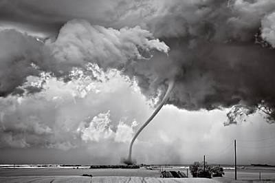 """Риган, Северна Дакота, САЩ Това умиращо торнадо е във фазата на """"хвърляне на ласо""""."""