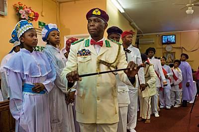 Воини на служба на Христа, мъже и момчета от нигерийската Херувимска и серафимска църква на Сион Имоле в Хакни маршируват към кутията за да...