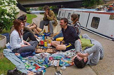 Домът зависи от пристанището за обитателите на жилищните шлепове из плетеницата от канали в Източен Лондон. Този пикник се състои край &amp...