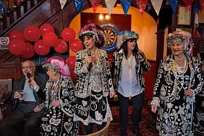 """""""Седефените кралици"""" Джаки Мърфи, дъщеря й Тереза Уотс, племенницата Шарън Кроу и братовчедката Филис Броудбент пеят в к..."""